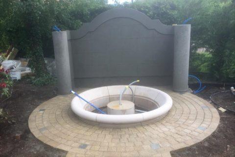 Fontaine et mur en béton